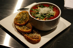 tomatensoep met olijfolie en basilicum is bijvoorbeeld een lycopeenrijk mediterraan gerecht