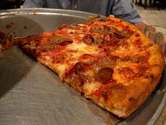 © James Allenspach. Dit stuk pizza is een AGE bommetje