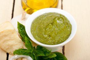 """Deze pesto op basis van basilicum en olijfolie zou wel eens een """"nitro-vetzuur bommetje""""kunnen zijn."""